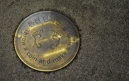 Kasta ett mynt och gör en önskafläckCheongyecheon ström, Seoul, S royaltyfria bilder