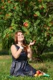 kasta för äpple Arkivbilder