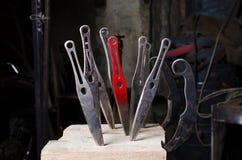 Kasta knivar klibbade in i ett träkvarter Arkivbild