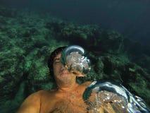 Kasta sig in i havet och selfie Royaltyfria Foton