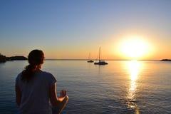 Kasta sig i meditation Royaltyfri Fotografi