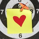 Kasta sig pilen med röd hjärta Arkivfoto