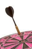 Kasta sig pilhöger sida i mitten av en dartboard arkivbild