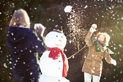 Kasta snöboll kampen Arkivfoto