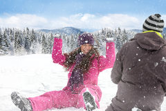 Kasta snöboll kampen. Royaltyfri Foto