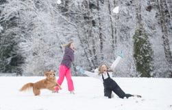 Kasta snöboll kampen i vinter Arkivbild