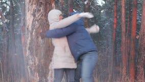 Kasta snöboll slagsmål Övervintra par som har gyckel att leka i snow utomhus lager videofilmer