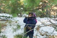 Kasta snöbollar i dettäckte berget Royaltyfria Bilder