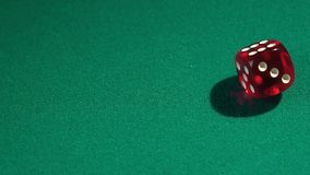 Kasta tärning i ultrarapid som spelar i kasino Vinnande kombination, förmögenhet arkivfilmer