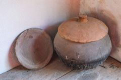 Kastad krukmakeri för mycket gammal hand i en friggebod i Ecuador Arkivfoto