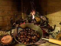Kastanien auf einem offenen Feuer Stockfoto