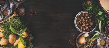 Kastanien, die Bestandteile auf dunklem rustikalem Hintergrund, Draufsicht, Platz für Text kochen Saisonlebensmittel und Essen stockfotografie