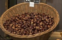 Kastanien in einem Korb auf dem Markt eines Landwirts Lizenzfreies Stockfoto