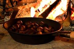 Kastanien roated auf Feuer Lizenzfreie Stockfotos