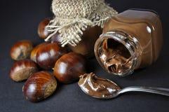 Kastanien und eine Schokoladencreme in den kleinen Gläsern lizenzfreie stockfotos
