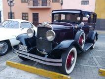 Kastanienbraun und schwärzen Sie Chrysler 1930 66 in Lima Lizenzfreies Stockfoto