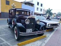 Kastanienbraun und schwärzen Sie Chrysler 1930 66 vier Türen in Lima Lizenzfreie Stockbilder