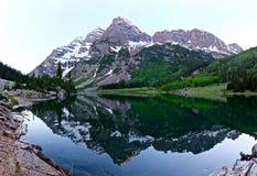 Kastanienbraune Bell-Berge und -reflexion im Crater See an der Dämmerung Lizenzfreies Stockbild