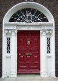 Kastanienbraune Dublin-Tür lizenzfreie stockfotos