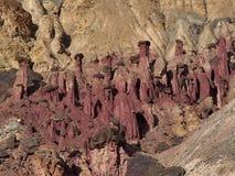 Kastanienbraune Steinpilze, Beine hergestellt vom Sandstein und Hüte hergestellt von den dunklen festen Flusssteinen, mitten in s Stockfotografie