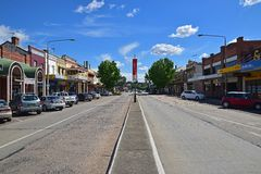 Kastanienbraune Straße bei Goulburn, New South Wales, Australien Lizenzfreie Stockfotos