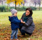 Kastanj för pojkevisningkvinna Royaltyfri Bild