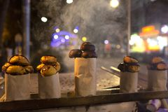 Kastanj som stekas i träbrand fotografering för bildbyråer