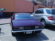 Kastanjebruin die Chevrolet Camaro in Lima wordt tentoongesteld Stock Fotografie