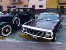 Kastanjebruin en wit Chevrolet Camaro die in Lima wordt getoond Royalty-vrije Stock Foto's