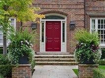 Kastanjebruine gekleurde voordeur royalty-vrije stock afbeelding