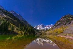 Kastanjebruine Klokken bij nacht met zichtbare melkachtige manier Aspen Colorado Royalty-vrije Stock Foto's
