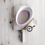 Kastanjebrun soppa med mjölkar och kanel Royaltyfri Fotografi
