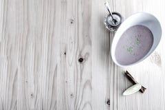 Kastanjebrun soppa med mjölkar och kanel Arkivfoto
