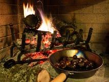 Kastanjes op een open brand Stock Fotografie