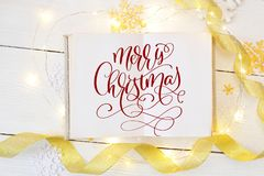 Kastar snöboll glad jul för text på i en öppen pappers- anteckningsbok, med guld- band och Fotografi för feriehälsning Royaltyfria Foton