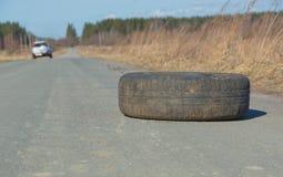 Kastat på väghjulet, föroreningen Arkivbild