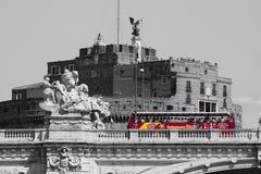 Kaste Sant'Angelo und Brücke Schwarzweiß mit rotem Bus Schöne alte Fenster in Rom (Italien) Lizenzfreie Stockfotografie