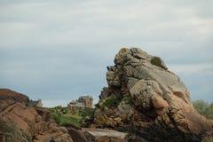Kasteel achter de grote rots op Ile DE brehat in Bretagne stock afbeelding