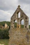Kasteel achter een geruïneerde kerk stock afbeeldingen