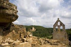 Kasteel achter een geruïneerde kerk royalty-vrije stock afbeelding