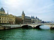 Kasteel Conciergerie en de brug van Parijs over rivierzegen Stock Afbeeldingen
