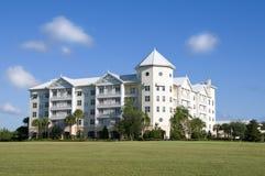 Kasteel dat Flatgebouw met koopflats kijkt Royalty-vrije Stock Afbeelding