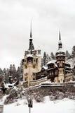 Kasteel dat in sneeuw wordt behandeld Stock Fotografie