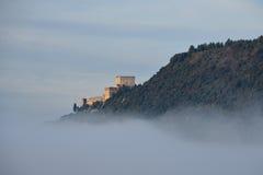 Kasteel in de wolken wordt verloren die Royalty-vrije Stock Afbeeldingen