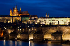 Kasteel en Charles Bridge 's nachts in Praag Royalty-vrije Stock Fotografie