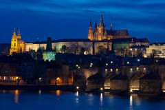 Kasteel en Charles Bridge 's nachts in Praag Stock Afbeelding