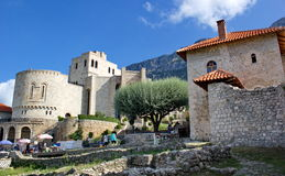 Kasteel gebieds en Skanderbeg-museum in Kruje, Albanië stock foto