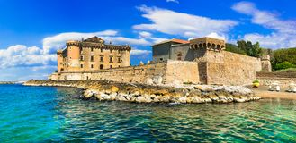 Kasteel in het overzees - middeleeuwse indrukwekkende vesting in Ladispoli I Stock Foto