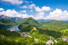 Kasteel Hohenschwangau, eeuwig bos met bergen van Beieren, Duitsland Stock Foto's