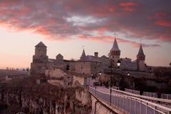 Kasteel kamianets-Podilskyi bij schemer stock foto's